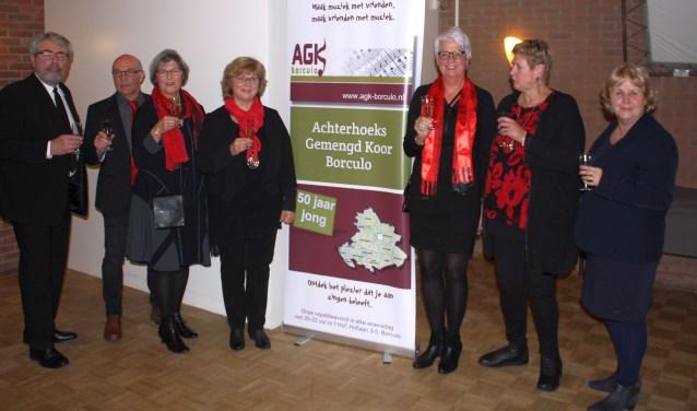 De bestuursleden van het AGK bij de onthulling van de nieuwe naam metrechts naastde banner Renske Mooibroek engeheel rechts wethouder Anjo Bosman.