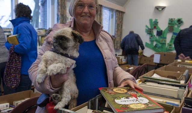Bea Janssen is met hond Bikkel en een buurvrouw naar de boekenmarkt in Driel gekomen. (foto: Ellen Koelewijn)