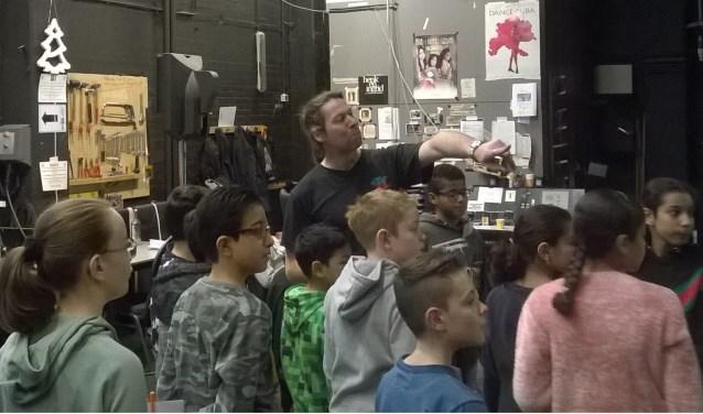 Achter de schermen bij de Stadsschouwburg zien kinderen hoe de techniek werkt.