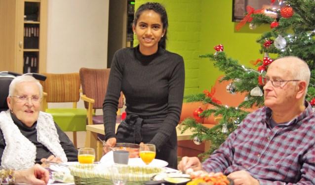 Radhika helpt samen met haar collega's van Albert Heijn Hoogvliet mee om de bewoners van Siloam een gezellige avond te bezorgen. Dat is bijzonder goed gelukt.