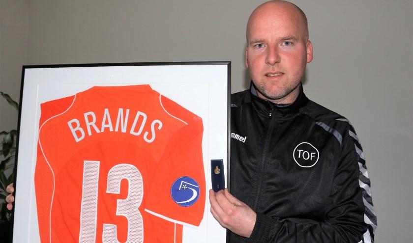 Oud-zaalvoetbalinternational Frank Brands ontving een haasje van de KNVB. (foto: Henk Lammen)