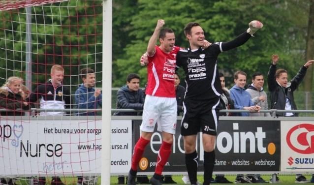 Michael de Leeuw (r) kan op de foto nog juichen voor Sportlust '46. FOTO: Arie Verhagen/Sportlust '46