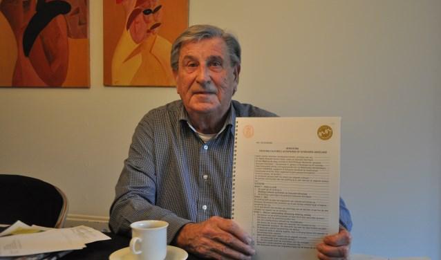Martin de Jong toont de akte van de oprichting van de stichting Culturele Activiteiten Schouwen-Duiveland