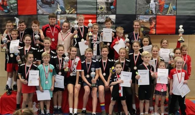 De prijswinnaars van de GL Vaardigheidsdag poseren met hun medailles en bekers.