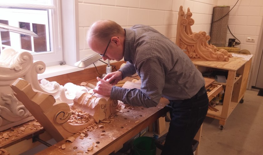 In de handen van Ceel van Heijkop verandert een blok hout in een stijlvol ornament. De houtsnijder beheerst het oude ambacht tot in de puntjes.