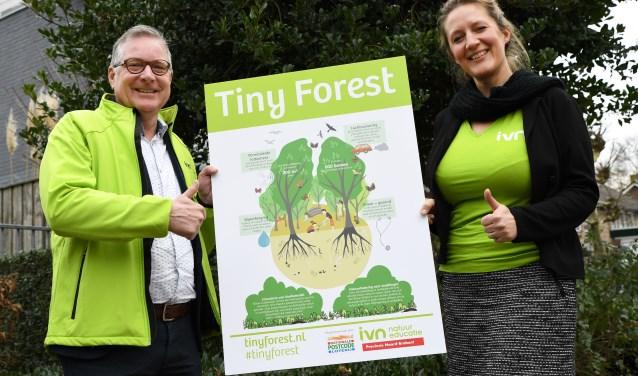 Het Tiny Forest-contract is getekend door wethouder René Jansen namens de gemeente Dongen en en Renske Visscher, regiodirecteur bij IVN (foto: Pix4Profs/Jan Stads)