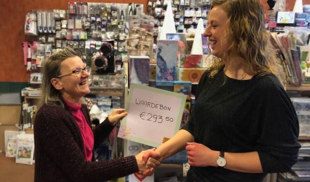 Hannet Leussink overhandigt de waardebon aan Tessa Beusink