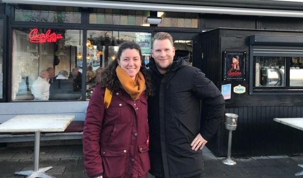 Milene van Arendonk en Ralf Sluijs voor een typisch Haags koffiehuis op het Statenplein.
