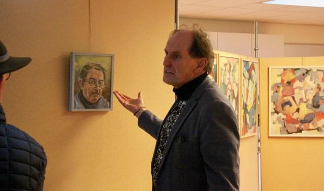 Vic Hulshof vertelt bezoekers van de expo wie zijn vader was en welk werk hij voor anderen maakte. (Foto: Eveline Zuurbier)