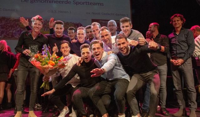 De mannen van Heren 1 bij sportvereniging OSS'20 gingen met de titel Sportteam van het Jaar 2018 naar huis. Luid juichend namen ze de prijs van wethouder Van Geffen over.