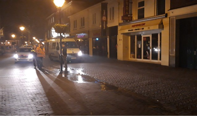 In de Marktstraat in Zevenaar is dinsdagavond een waterleiding gesprongen. (foto: Danny van der Kracht)