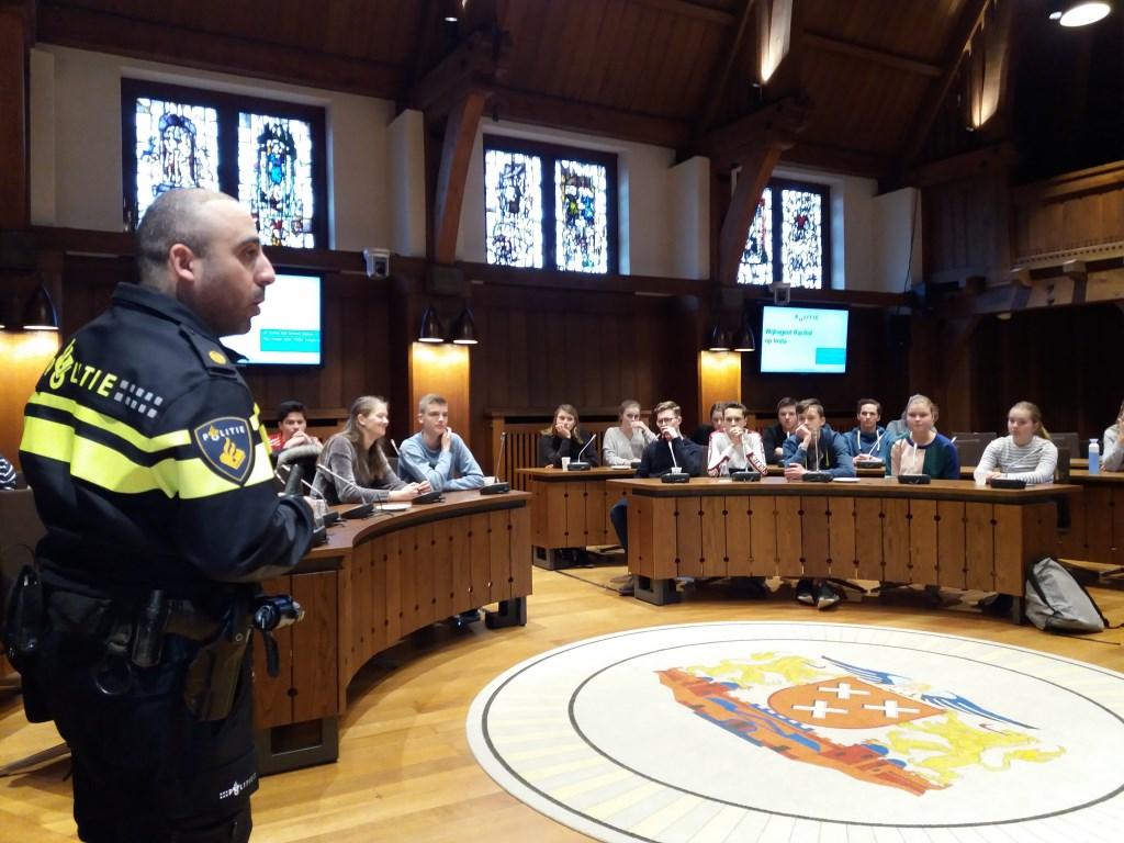Politieagent Rachid al Kahja gaf een presentatie over de betekenis van sociale media voor zijn werk.  © Persgroep