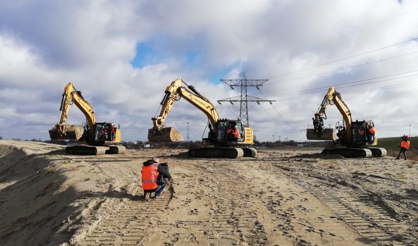 Met het scheppen van de eerste bakken zand werd de openingshandeling verricht voor de aanleg van nieuwe entree naar Vlissingen aan de Ankerweg. Foto: Conny den Heijer
