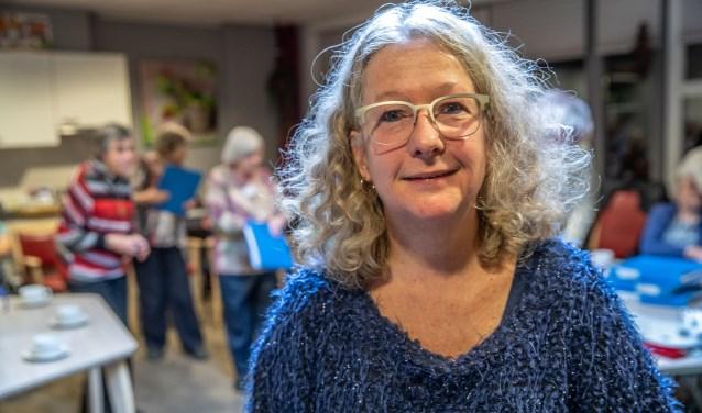 Dirigent Hetty Bolt repeteert met de leden van Oud Goud in De Nieuwe Haven.