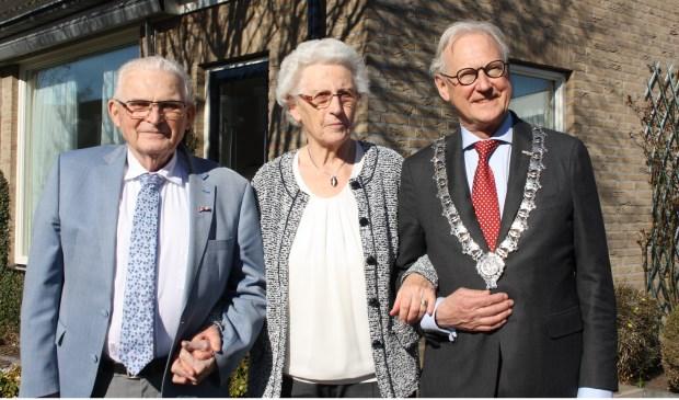 Burgemeester Jan Pieter Lokker felictiteerde het echtpaar Den Hertog-Brouwer in een 'lentezonnetje'. Foto: Mieneke Lever-van Dieren