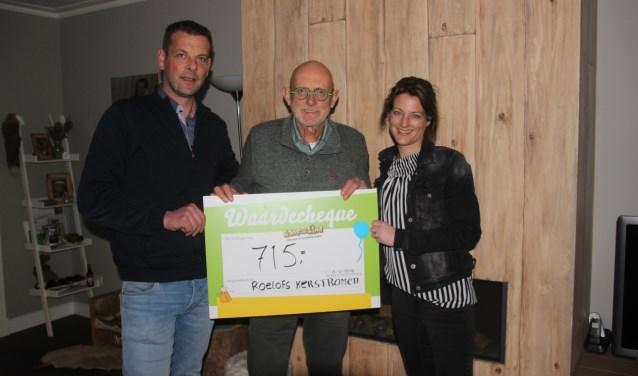 Leon Roelofs, Willem Hoevers en Wendy Roelofs zijn alle drie blij met gift voor Kans voor een Kind