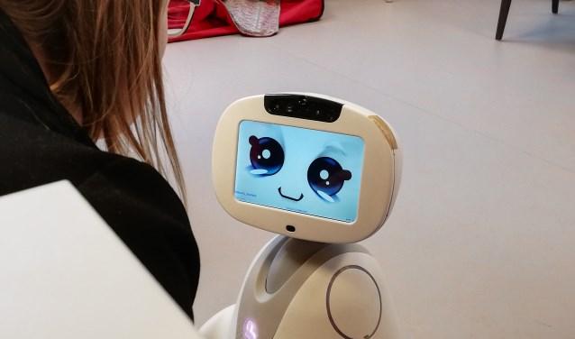 Buddy de zorgrobot volgt orders op, houdt je gezelschap, helpt je zaken onthouden en herinnert je aan je afspraken. Foto: Conny den Heijer
