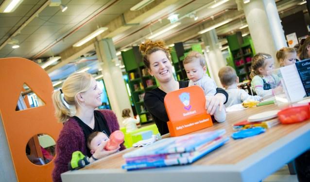 Gezelligheid staat voorop in het MamaPapacafé dat maandelijks plaatsvindt bij de bibliotheken in Rijssen en Holten.