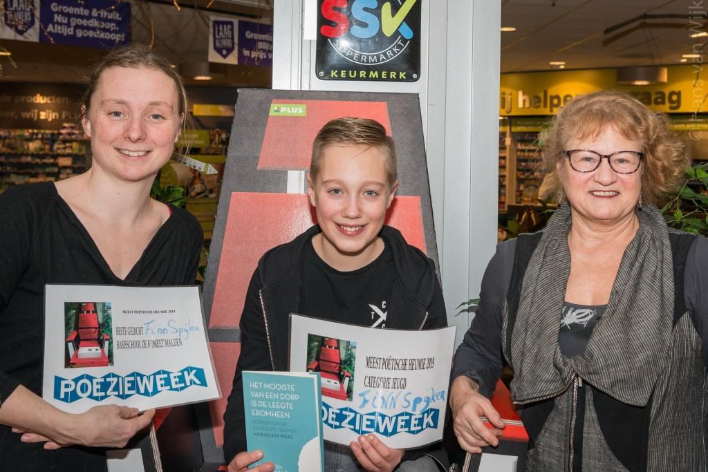 vlnr. Dorpsdichter Marjolein Pieks, Finn Spijker en organisator MariannA Bakker. Foto: Hans van Wijk © Persgroep