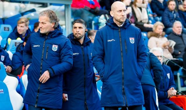 Said Bakkati tussen hoofdtrainer Jaap Stam en collega-assistent Gert Peter de Gunst.