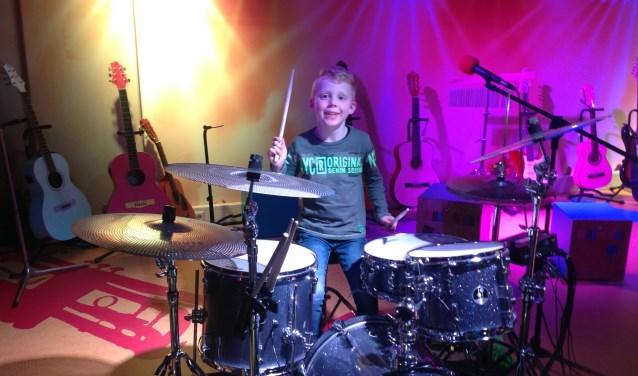 Timo Hendriks (6) komt altijd even drummen als hij in het ETZ is.