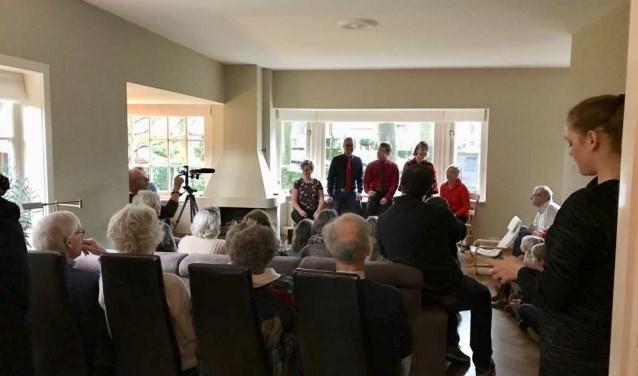 De acapellagroep Zilver trad op bij Marijke van Son thuis. FOTO: Marijke van Son