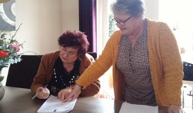 Op het moment suprême doet de pen het niet. Paula Koppelaar en Margriet van Lith spelen spontaan een scene uit 'Geld voor het oprapen' na.