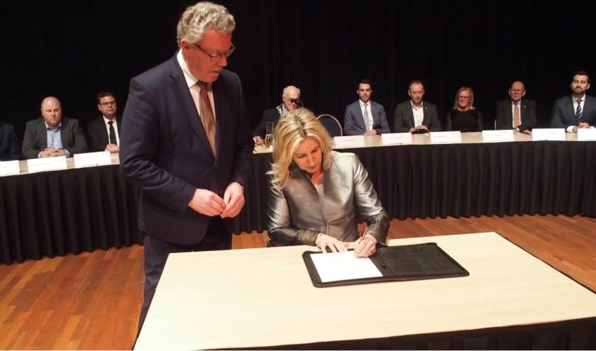 Jacqueline Koops ondertekend het proces verbaal van haar benoeming onder toeziend oog van Jan Markink.
