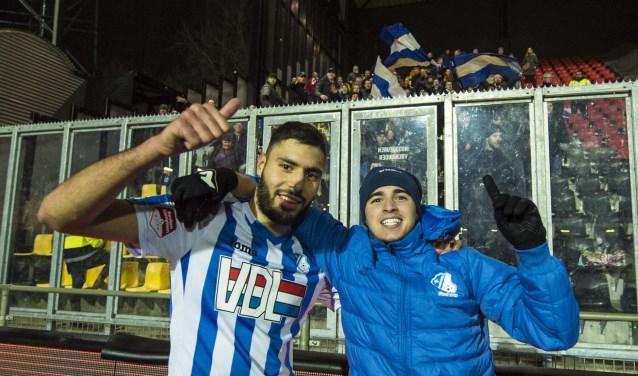 Het meegereisde publiek geniet van de overwinning op Go Ahead Eagles.