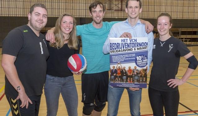 Lucas Vroom (tweede van rechts) en zijn medeorganisatoren. (Foto: Wijntjesfotografie.nl)