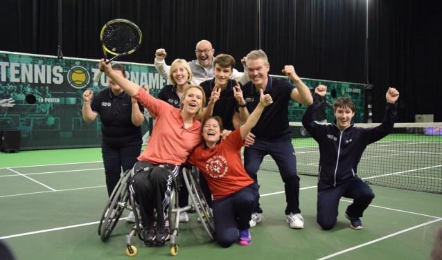 Esther Vergeer, coach Marc Kalkman en Special Olympics Team NL met in het rood Imra de Wolf. FOTO: Key Tengeler