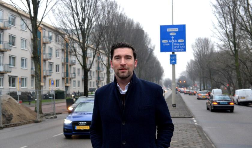 De Erasmusweg gaat van één naar twee rijstroken in elke richting. Dat betekent volgens wethouder Robert van Asten echter nog niet dat het een racebaan wordt. 'De maximumsnelheid blijft 50', zo verzekert hij.