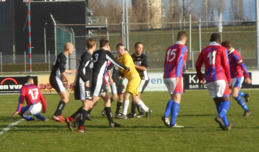 Typerend beeld uit de wedstrijd SC Emma - Noordhoek (3-3). Emma valt verwoed aan, Noordhoek verdedigt haast massaal.