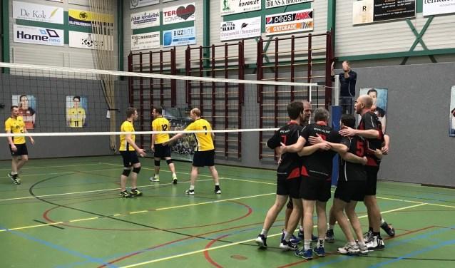 Feest na de laatste set: WVC Volley H1 neemt de punten mee naar huis. Foto: Remco Hendriksen.