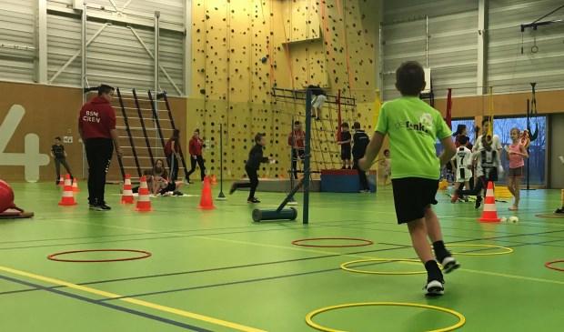 Maar liefst 1100 kinderen uit het basisonderwijs deden mee aan allerlei sport- en spelactiviteiten in Sportcentrum Helsdingen. Eigen foto