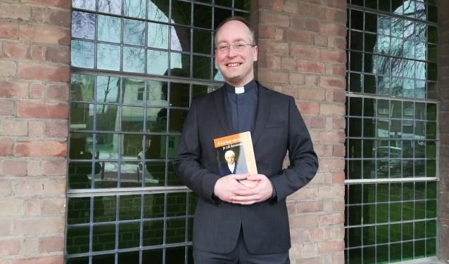 Priester Victor Bulthuis vertaalde gedichten van Goethe naar het Nederlands en schreef hier een boek van. (foto: Hannie Schrijver)