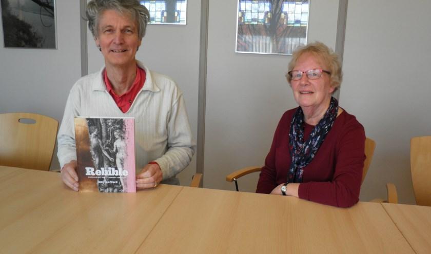 Reiner Laman Trip met het boek Rebible en Joke Westerhof. Foto Kees van Rongen