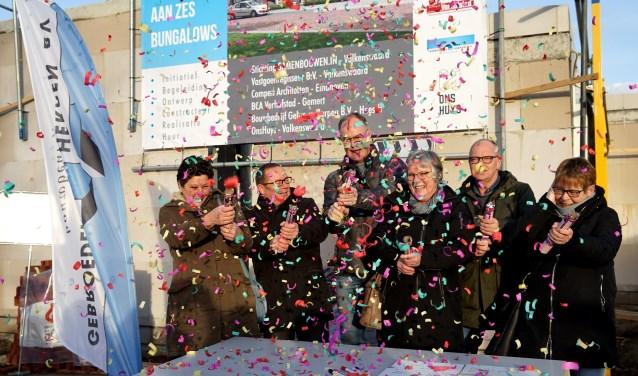 De feestelijke aftrap werd gevierd met de nodige confetti. (foto: Tom Oosthout)
