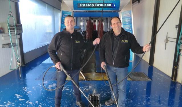 Rechts eigenaar Roel Brussen van PitStop Brussen en links Vincent van Aken, bedrijfsleider Autowascentrum Winterswijk.