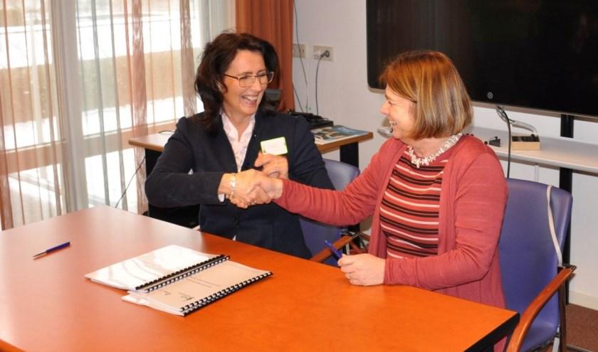 Links: Paula Nelissen, voorzitter Raad van Bestuur RSZK en rechts Karen Cox, directeur FONTYS Hogeschool Mens en Gezondheid.