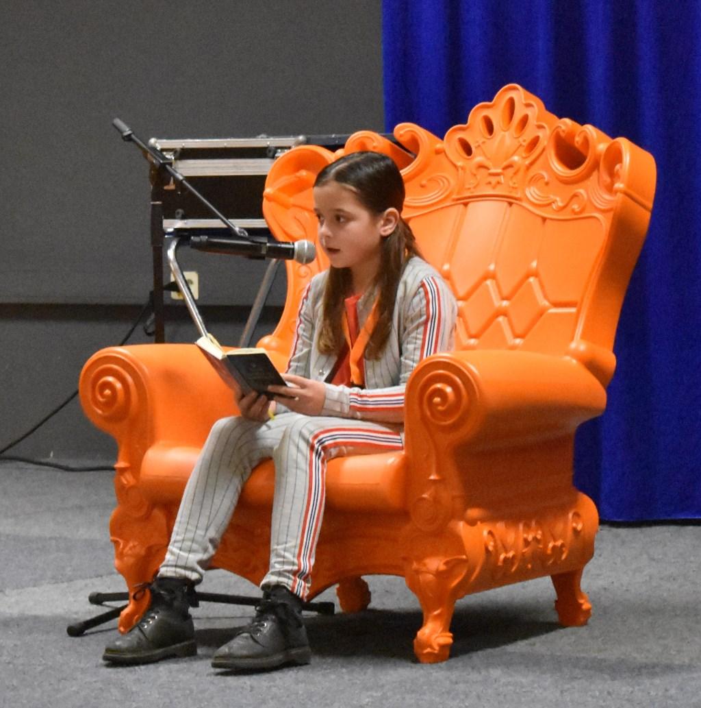 Danique de Rooij (De Tweeklank, Aadorp) las voor uit het boek 'Zeven minuten na middernacht'. Foto:  © Persgroep