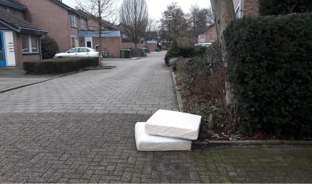 Voorbeeld van verkeerd aanbieden van vuil: deze kussens liggen al twee weken te slingeren in een straat in de Schepenbuurt in West. (Foto: Martin Brink/Rijnpost)