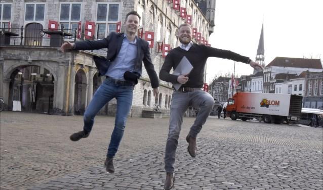 Giel van Ewijk en Stefan Knoppers springen een gat in de lucht nu upwizer.com is gelanceerd. Foto: Marianka Peters