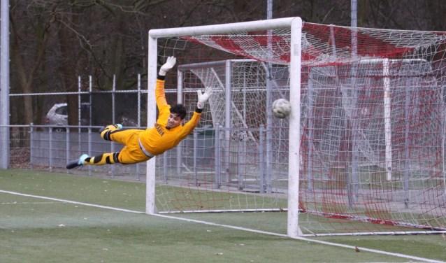 Geen goal voor Stroe: doelman Luciano van Ommeren van Fortissimo krijgt hulp van de paal.