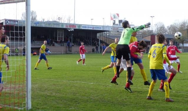 De Zegveldse goalie Erik Streng onder druk. FOTO: SV Gouda