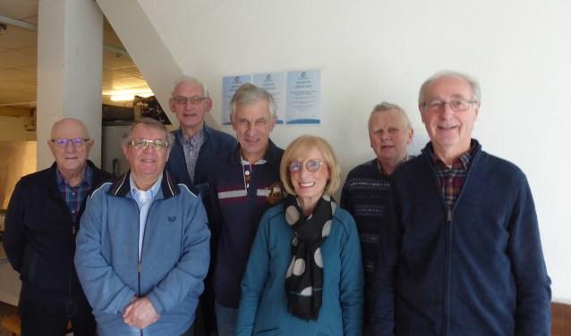De intakers. Van links naar rechts: Klaas, Henk, Wim, Bernhard, Gerda, Jos, Tonnie. Niet op de foto: Albert. Foto: Voedselbank Midden Twente