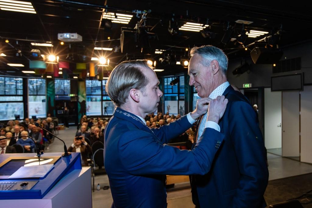 Burgemeester Gerdo van Grootheest speldt directeur-bestuurder Joost van Rijn de stadsspeld op. Foto: Jord Visser © Persgroep