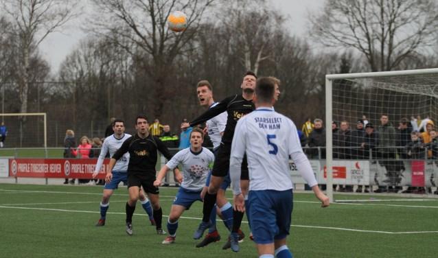 De derby tussen Den Ham en Vroomshoopse Boys eindigde zaterdag in 0-0. Foto: hvds