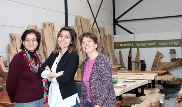 Gülsen en Sule Balci (midden) samen met Lilian van Eijndhoven bij iQonya. (Foto: Annemarie van der Ploeg)