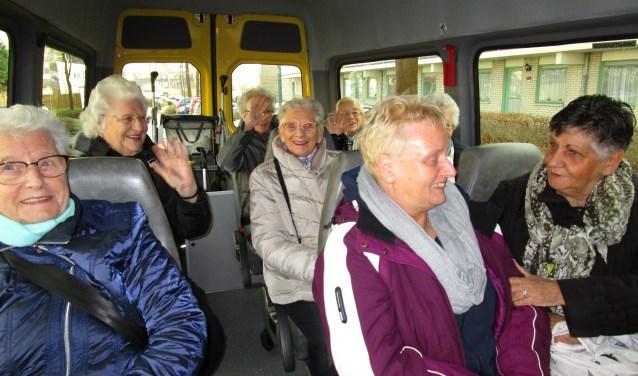 passagiers Ouderenbus onderweg naar een uitstapje